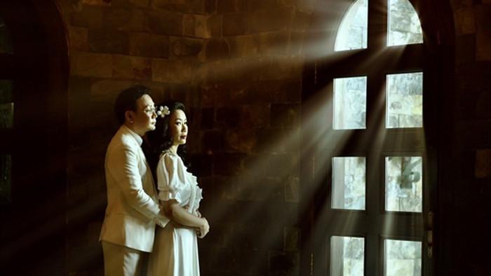 Trịnh Kim Chi lộng lẫy bên chồng và 2 con gái trong ảnh cưới kỷ niệm 20 năm