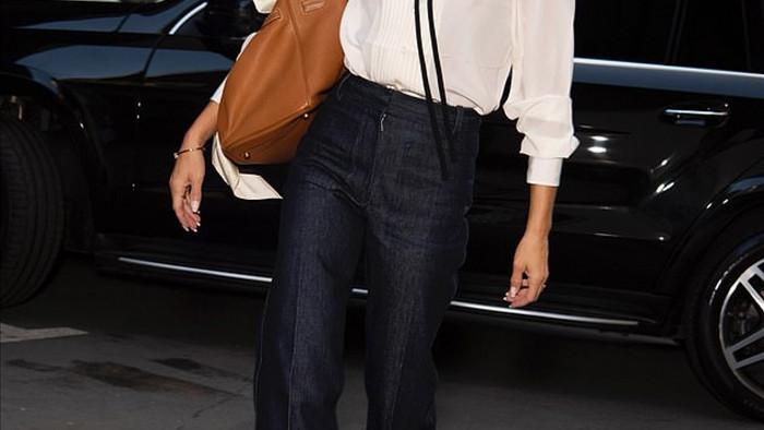 Mới đây, Victoria Beckham đã cho ra mắt bộ sưu tập tại Tuần lễ thời trang London bằng hình thức trực tuyến, không khách mời.