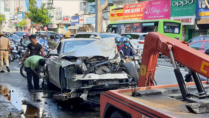 Xe container tông nát BMW và 2 xe máy, nhiều người thoát chết - 1