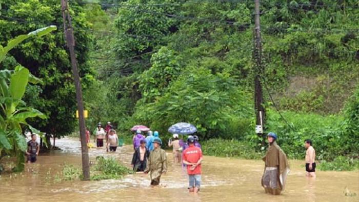 Mưa to ở Lào Cai gây ngập nặng, sạt lở hàng loạt tuyến đường - 1