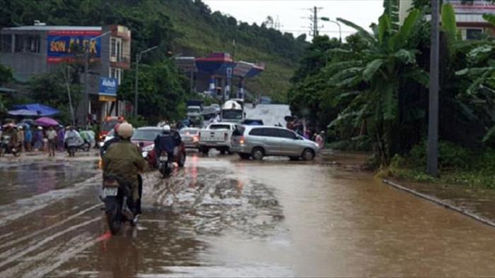 Mưa to ở Lào Cai gây ngập nặng, sạt lở hàng loạt tuyến đường - 4