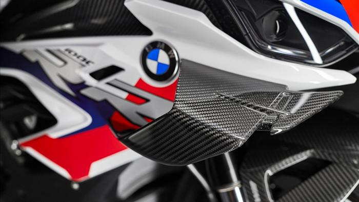 Kẹp phanh trên M1000RR Nissin cung cấp nhưng được bộ phận phát triển xe đua WSBK của BMW tùy chỉnh lại. Nhờ đó, kẹp phanh với logo M có khối lượng nhẹ hơn trong khi hiệu suất phanh tăng lên.