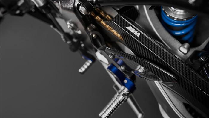 Giống với trên S1000RR M Performance, M1000RR cũng được trang bị bộ mâm được làm bằng sợi carbon và nhẹ hơn đến 1,67 kg.