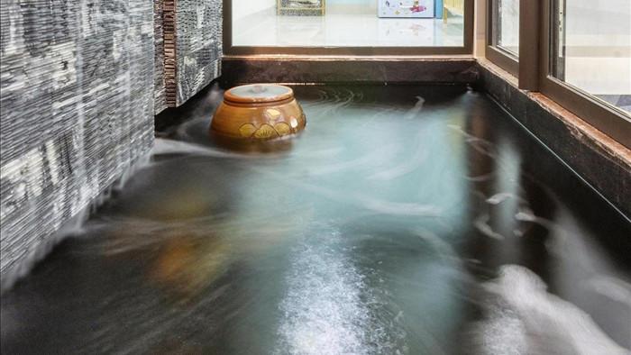 Vợ chồng làm nhà 850 triệu đồng đẹp như resort với giếng trời, bể cá Koi - 5