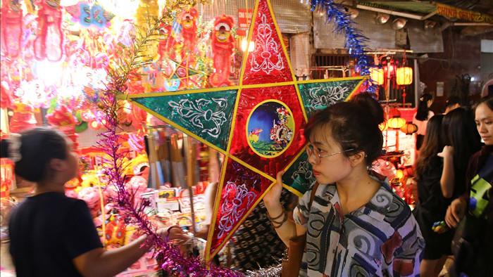 Đông nghịt người dân đổ về chợ trung thu phố cổ Hà Nội - 10