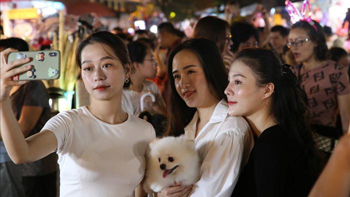 Đông nghịt người dân đổ về chợ trung thu phố cổ Hà Nội - 11