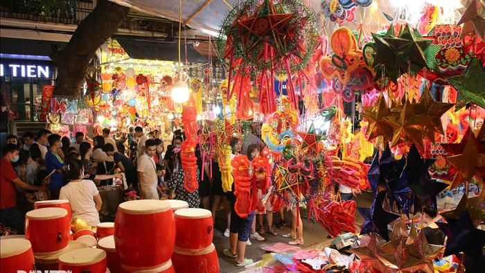 Đông nghịt người dân đổ về chợ trung thu phố cổ Hà Nội - 12