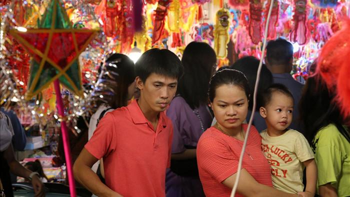 Đông nghịt người dân đổ về chợ trung thu phố cổ Hà Nội - 14
