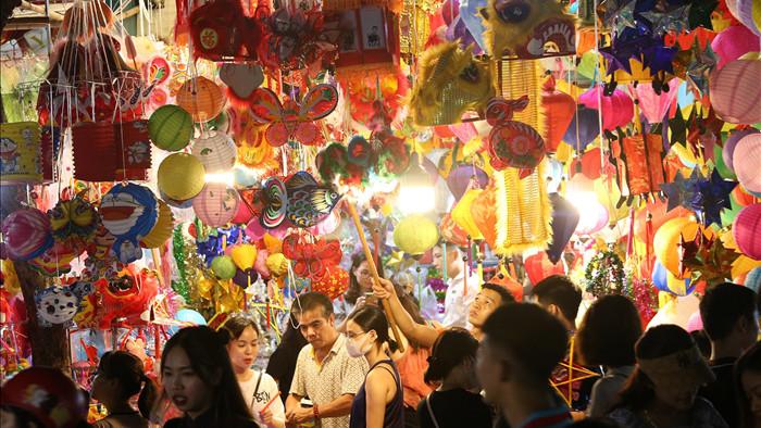Đông nghịt người dân đổ về chợ trung thu phố cổ Hà Nội - 15