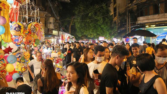 Đông nghịt người dân đổ về chợ trung thu phố cổ Hà Nội - 2