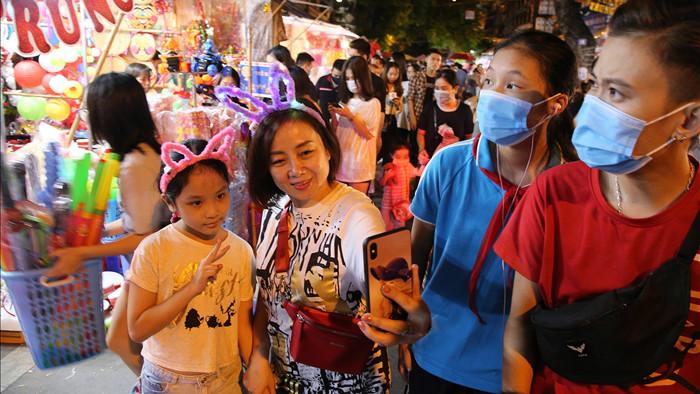 Đông nghịt người dân đổ về chợ trung thu phố cổ Hà Nội - 3