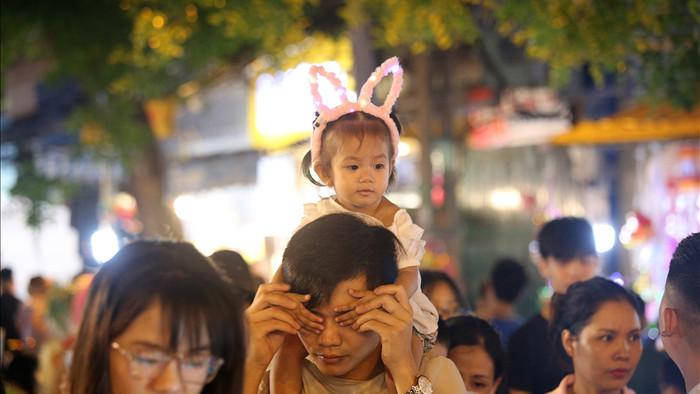 Đông nghịt người dân đổ về chợ trung thu phố cổ Hà Nội - 6