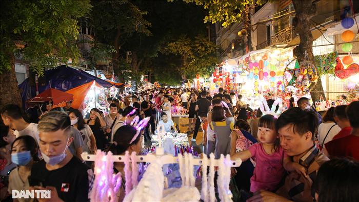 Đông nghịt người dân đổ về chợ trung thu phố cổ Hà Nội - 9