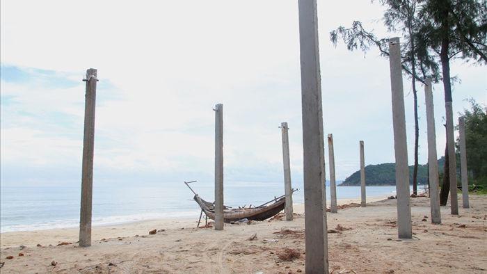 Bờ biển sạt lở nặng sau cơn bão số 5 - 8
