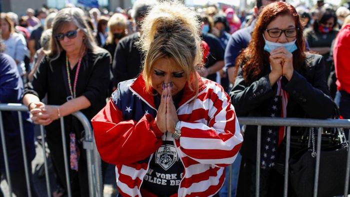 Người ủng hộ lo lắng, cầu nguyện cho Tổng thống Trump - 11