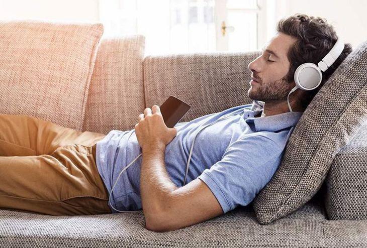 Đeo tai nghe khi ngủ: Thói quen ẩn chứa nhiều hiểm họa