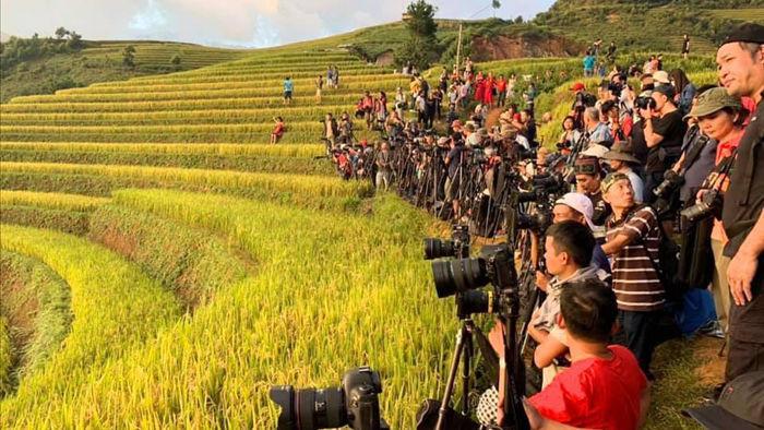 Hậu trường hàng trăm người xếp hàng chụp ảnh ruộng bậc thang Mù Cang Chải - 2