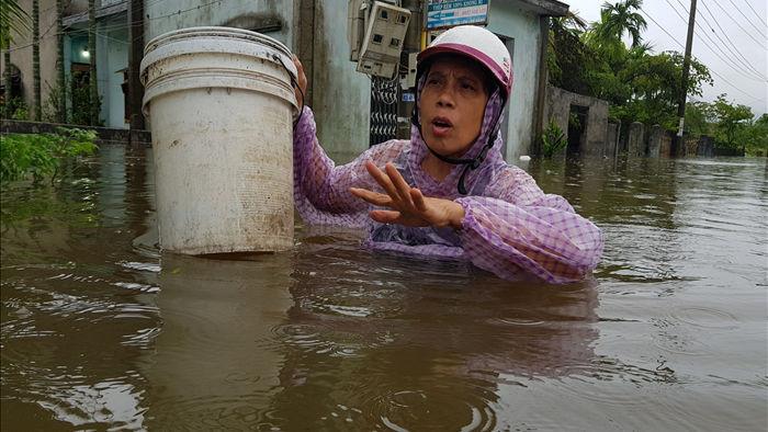 Cận cảnh nước lũ dâng cao ngang ngực ở nhiều tỉnh miền Trung - 4