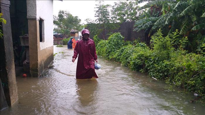 Cận cảnh nước lũ dâng cao ngang ngực ở nhiều tỉnh miền Trung - 1