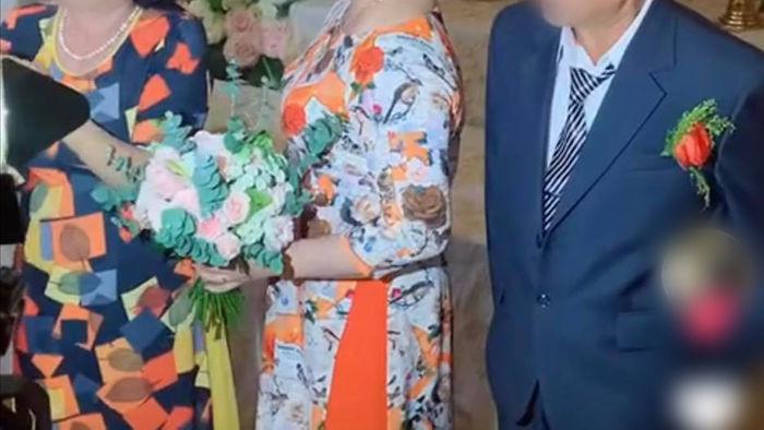 Trong đám cưới con trai, một người bà bất ngờ đứng lên trao vàng cho mẹ chồng khiến đám đông bất ngờ, lí do được tiết lộ thật cảm động - Ảnh 1.