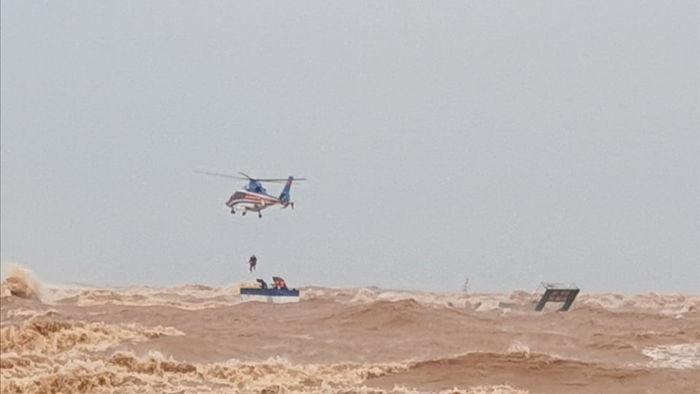 Trực thăng cùng đặc công nước cứu hộ thành công 9 người trên tàu Vietship - 1