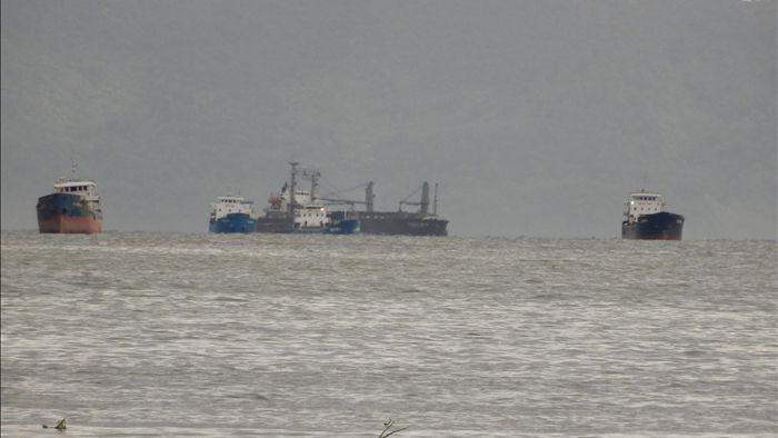 3 tàu hàng cùng 38 thuyền viên đang mắc cạn trên biển - 1