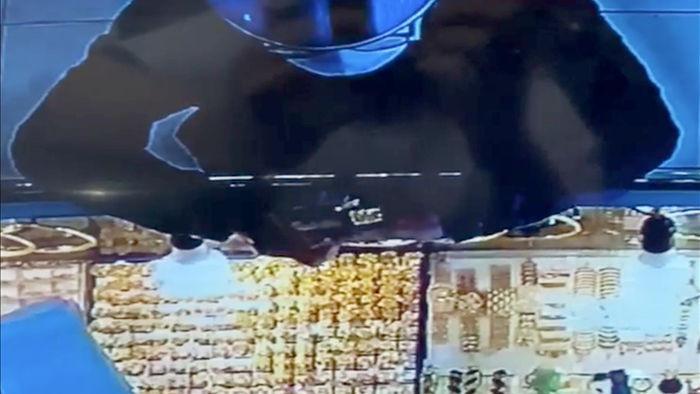 Thanh niên giả vờ mua 2 nhẫn vàng 120 triệu đồng rồi cướp trong chớp mắt - 2