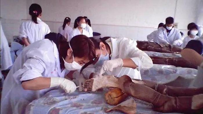 Khai quật mộ cổ Trung Quốc: Tử thi đột ngột biến dạng khiến các nhà khảo cổ khiếp sợ - Chuyện gì vậy? - Ảnh 3.