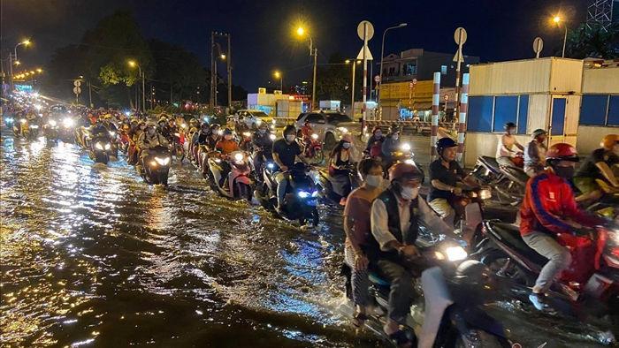 Triều cường dâng cao, nhà dân ở TP.HCM ngập nặng