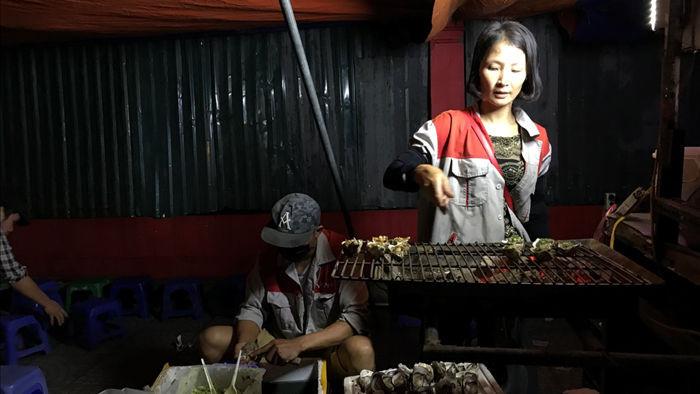 Hàu nướng 5 nghìn đồng đổ bộ vỉa hè Hà Nội, chủ bán 4000 con mỗi ngày - 4