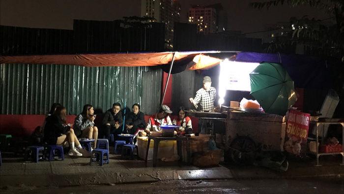 Hàu nướng 5 nghìn đồng đổ bộ vỉa hè Hà Nội, chủ bán 4000 con mỗi ngày - 8