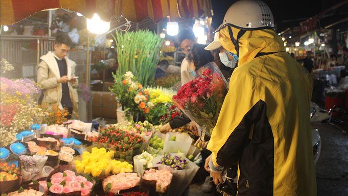 Nửa đêm, dân Thủ đô tấp nập đội mưa, kéo nhau đi mua hoa dịp 20/10 - 3