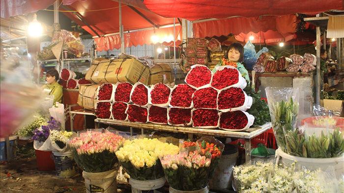 Nửa đêm, dân Thủ đô tấp nập đội mưa, kéo nhau đi mua hoa dịp 20/10 - 1