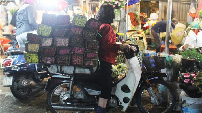 Nửa đêm, dân Thủ đô tấp nập đội mưa, kéo nhau đi mua hoa dịp 20/10 - 5