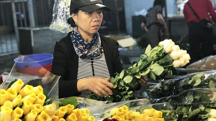 Nửa đêm, dân Thủ đô tấp nập đội mưa, kéo nhau đi mua hoa dịp 20/10 - 7