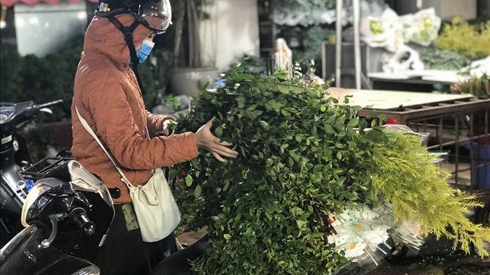 Nửa đêm, dân Thủ đô tấp nập đội mưa, kéo nhau đi mua hoa dịp 20/10 - 10