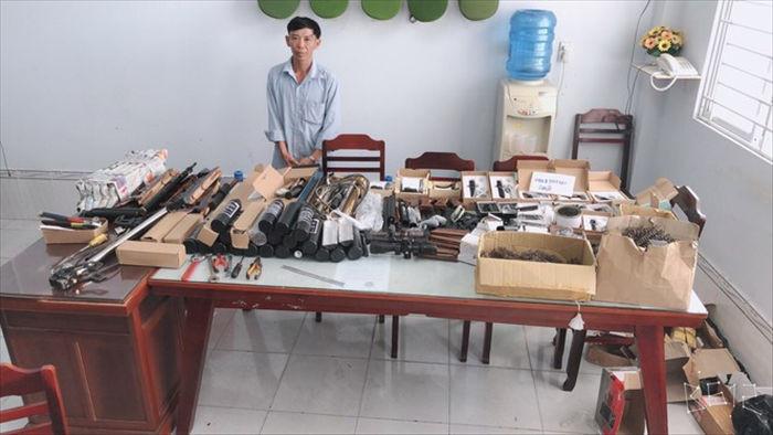 Thu giữ hàng loạt vũ khí bán trên mạng xã hội - Ảnh 1.