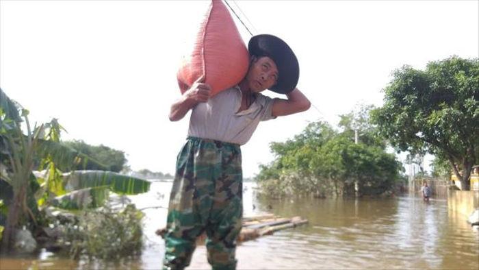 Lũ chưa rút hết, dân Hà Tĩnh lại lo chuyển đồ tránh bão số 8 - 1