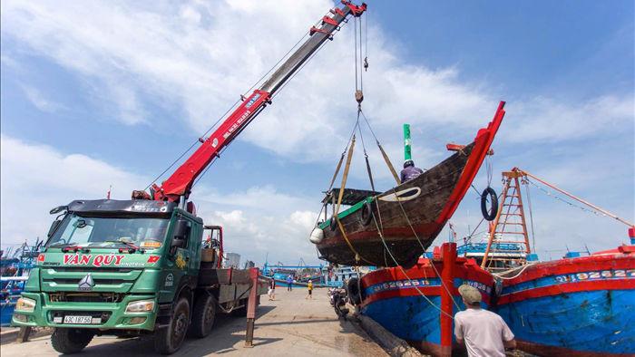 Hàng trăm tàu thuyền của ngư dân Đà Nẵng được đưa lên bờ tránh bão số 9 - 1