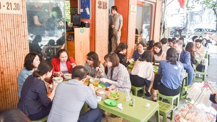 Quán bánh canh 'siêu đông' ở Hà Nội: Sợi bánh đi máy bay ngàn cây số mỗi ngày
