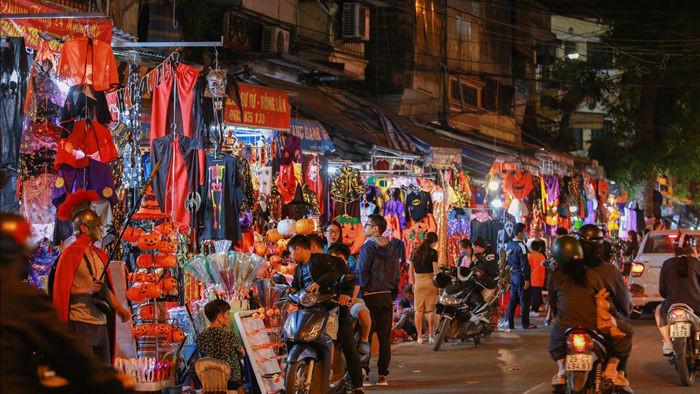 Loạt ma quỷ kinh dị tràn xuống phố hóa trang ở Hà Nội dịp Halloween - 1