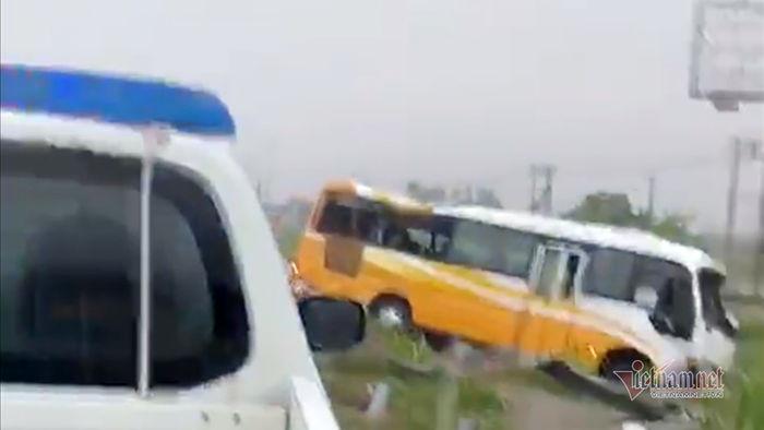 Ô tô khách húc dải lan can quốc lộ 1A, 2 mẹ con chết tại chỗ