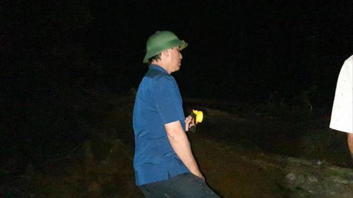 Thử trưởng Bộ GTVT xuyên đêm chỉ huy thông tuyến vào khu sạt lở  ở Trà Leng - 1