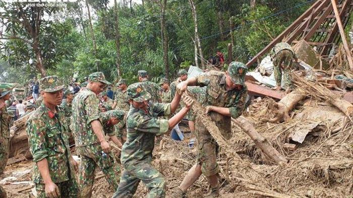 Bộ đội, công an xới đống bùn nhão tìm 14 người còn mất tích ở Trà Leng - 7