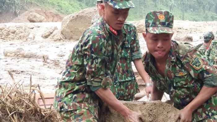 Bộ đội, công an xới đống bùn nhão tìm 14 người còn mất tích ở Trà Leng - 6
