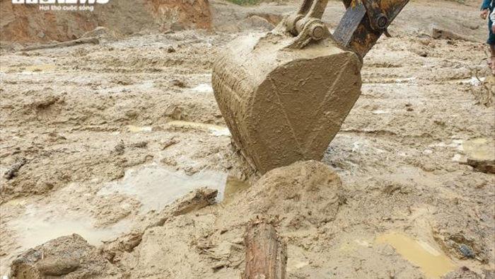 Bộ đội, công an xới đống bùn nhão tìm 14 người còn mất tích ở Trà Leng - 3