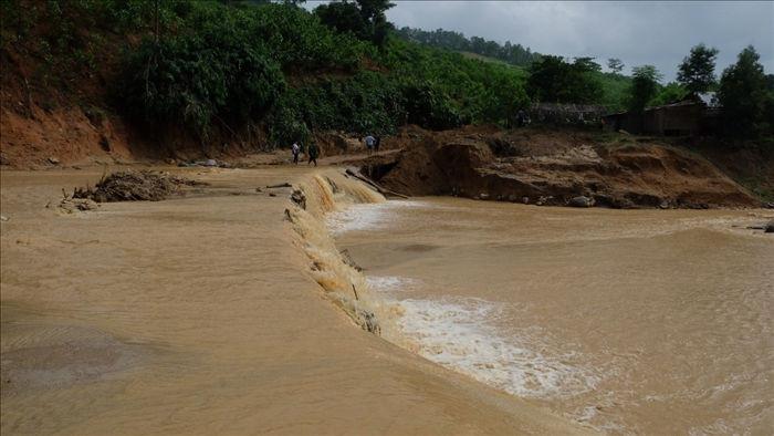 Quảng Nam: Dân băng rừng vác lương thực tiếp tế vào nơi bị sạt lở chia cắt - 1