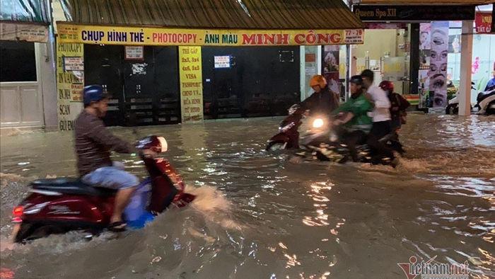 Mưa mù trời cuối chiều, khắp nơi Sài Gòn ngập nặng
