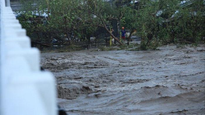 Siêu bão Goni gây vỡ đê, tàn phá các công trình ở Philippines - 2