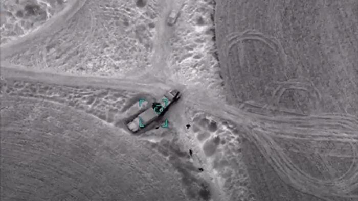 Binh sĩ Armenia bỏ chạy nhưng không kịp khi xe tải bị Azerbaijan tấn công - 1